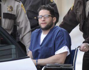Серийный убийца Харви Робинсон присутствует в суде.