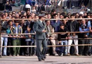 Зрители присутствующие на казни маньяка Мохаммеда Бидже.