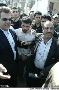 Маньяка Мохаммеда Бидже ведут на казнь.