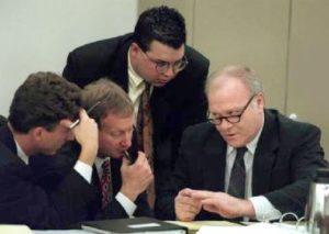 Маньяк Оба Чандлер беседует с адвокатами.