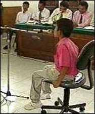 Мальчик, мать которого убил маньяк Ахмад Сураджи, дает показания в суде.