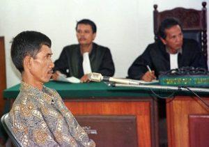 Маньяк Ахмад Сураджи дает показания в суде.