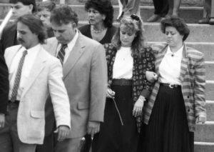 Организатор убийства своего мужа, Памела Смарт, на его похоронах.