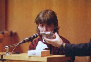 Убийца Билли Флинн дает показания в суде.