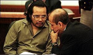 Серийный убийца Анхель Ресендиз беседует с адвокатом.