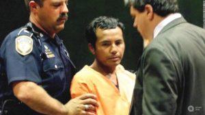 Серийный убийца Анхель Ресендиз в сопровождении полицейских.