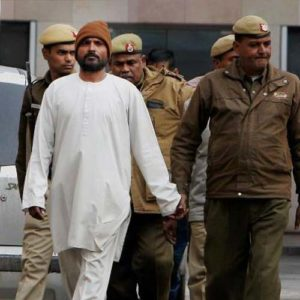 Серийный убийца Джха Чандракант направляется в суд.