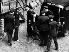 Полиция доставила маньяка Питера Мануэля во время апелляции.