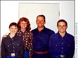 Серийный убийца Коди Поузи и его семья.