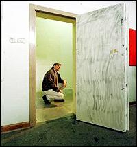 Банковское хранилище, где складировали человеческие останки в бочках.