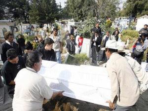 Похороны жертв писателя маньяка Хосе Луиса Кальвы.