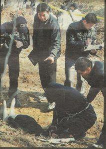 Серийный убийца Кан Хо Сун на месте преступления.