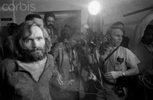 Маньяка Чарльза Мэнсона доставили в Лос-Анджелес по подозрению в убийстве Шэрон Тейт.