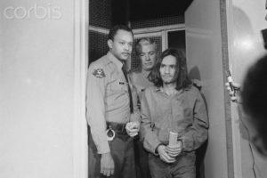 Маньяка Чарльза Мэнсона доставили в суд по делу об убийстве Гари Хинмана.