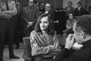 «Я не виновен», - заявил маньяк Чарльз Мэнсон в деле об убийстве Гари Хинмана.