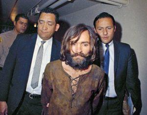 Маньяка Чарльза Мэнсона доставили в суд по делу об убийстве Шэрон Тейт.