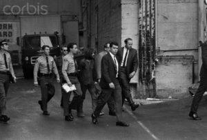 Маньяка Чарльза Мэнсона выводят из суда по делу об убийстве Шэрон Тейт.