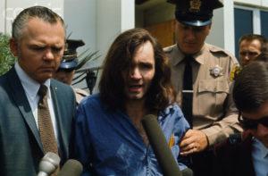 Маньяк Чарльз Мэнсон отрицает свою вину в деле об убийстве Гари Хинмана.