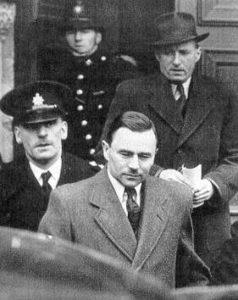 Серийный убийца Джон Джордж Хэйг выходит из суда.