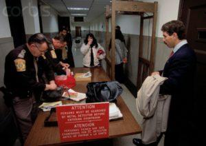 Меры безопасности перед судом серийного убийцы Дамера Джеффри.