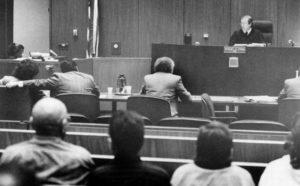 Фото маньяка Ричарда Рамиреса на суде.