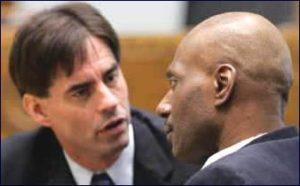 Маньяк Терри Блэр беседует со своим адвокатом.