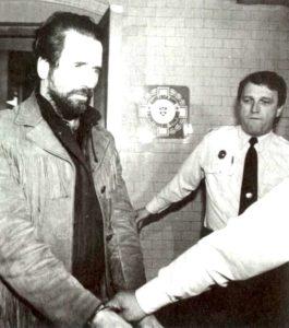 Маньяк Гари Майкл Хейдник в сопровождении полицейских.