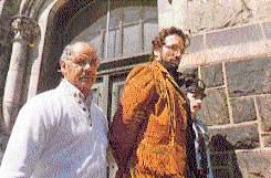 Маньяк Гари Хейдник в сопровождении полицейских после ареста.