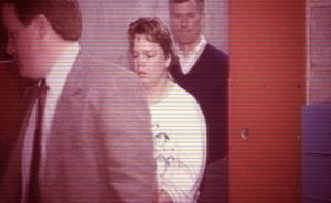 Серийная убийца Гвендолин Грэхем в сопровождении полицейских.