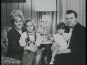 Маньяк Джон Гейси со второй женой Кэрол Хофф и ее дочерьми.