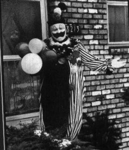 Маньяк Джон Уэйн Гейси в роли клоуна Пого.