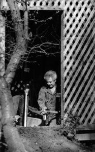 Обыск во дворе дома маньяка Роберта Берделла.