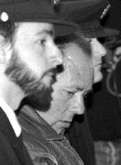 Маньяк Франциско Эскалеро в сопровождении полицейских.