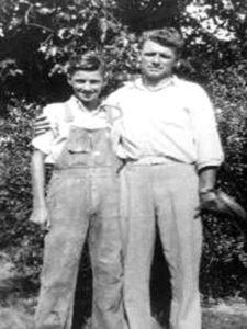 Будущий серийный убийца Чарльз Уитмен со своим отцом.