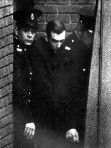 Маньяк Фредерик Янг в сопровождении полиции.