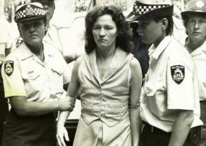 Убийца Кэтрин Бирни в сопровождении полиции.