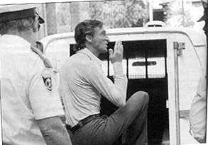 Маньяк Дэвид Бирни в сопровождении полиции.
