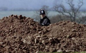 Поиски жертв серийного убийцы Фреда Уэста в поле.