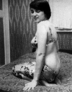 Будущая убийца Розмари Уэст рекламируется, как проститутка.