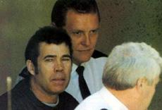 Серийный убийца Фредерик Уэст в сопровождении полицейских.