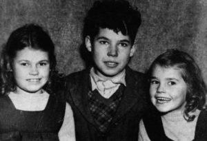 Будущий серийный убийца Фредерик Уэст с сестрами.