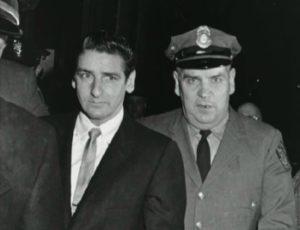Фото маньяка Альберта де Сальво в сопровождении полицейских