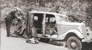 Расстрелянный автомобиль отморозков Бонни и Клайда.