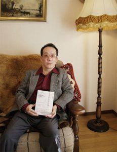 Людоед Иссеи Сагава с одним из своих «литературных произведений».