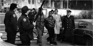 Убийца Ларри Дэвис сдается сотрудникам ФБР.
