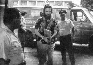 Маньяка Гари Хейдника в сопровождении полицейских доставляют с суд.
