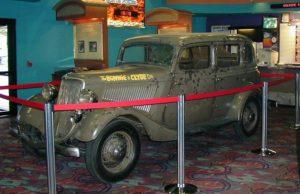 Расстрелянный автомобиль отморозковБонни и Клайда.