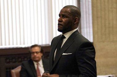 Скандалы и криминал: Прокуратура предъявила обвинения известному певцу Р. Келли в 11 новых эпизодах насилия
