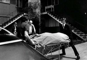 Тело жертвы маньяка Эдмунда Кемпера выносят из дома его матери.