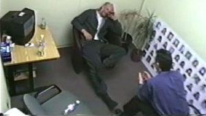 Серийный убийца Роберт Уильям Пиктон во время допроса.